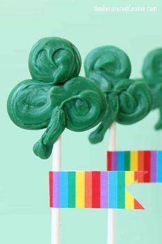 Simple, kid-friendly, candy shamrock pops for St. Patrick's Day -- How to make simple candy shamrocks for St. Patrick's Day. St Patrick's Day Crafts, Food Crafts, Candy Recipes, Fun Recipes, Spring Recipes, Sweet Recipes, Holiday Recipes, Chocolate Pops, Candy Pop