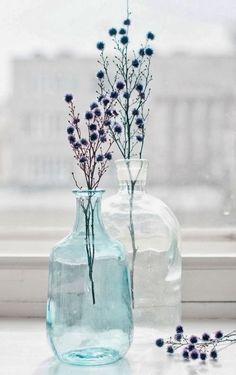 Simple arrangement of flowers in a vase Bottle Vase, Bottles And Jars, Glass Bottles, Deco Floral, Arte Floral, Ikebana, Grand Vase Transparent, Grand Vase En Verre, Vase Deco