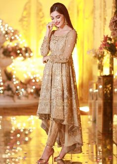 MAya Ali is a renowned Pakistani actress, model and VJ. Here we have pictures of Maya Ali at her Friend's Reception. Have a look to them. Shadi Dresses, Pakistani Formal Dresses, Indian Gowns Dresses, Pakistani Dress Design, Pakistani Mehndi Dress, Beautiful Pakistani Dresses, Pakistani Fashion Party Wear, Pakistani Wedding Outfits, Pakistani Wedding Dresses