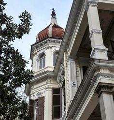 THESSALONIKI - GREECE Βίλλα Μορντώχ (Ξ. Παιονίδη, 1905), Βασ. Όλγας και 25ης Μαρτίου Κτίρια με τρούλους υπήρχαν περισσότερα στην πόλη, μερικά αρχιτεκτονικά έργα μεγάλης αξίας που δυστυχώς κατεδαφίστηκαν από την δεκαετία του και μετά χάρι στο νόμο περί αντιπαροχής του Κωνσταντίνου Καραμανλή, πριν προλάβουν να ενταχθούν στο νόμο περί διατηρητέων Old Greek, Macedonia, Athens, Habitats, Architecture Design, Places To Visit, Exterior, Mansions, Nymph