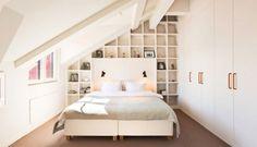 schlafzimmer dachschräge kleiner raum weiß regalwand