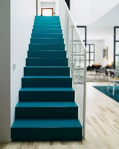 Escalier moderne et design peint en bleu canard