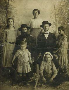 Family of Shlomo Shtampfer-Leah, Rivka, Yehudit, Elijah David (in hat), Binyamin