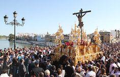 El Cristo de la Expiración, popularmente conocido como 'El Cachorro', es una de las imágenes de la Semana Santa de #Sevilla que cuenta con más devotos. Procesiona el Viernes Santo desde la Capilla del Patrocinio, en Triana  #SSantaSevilla15 #SemanaSanta