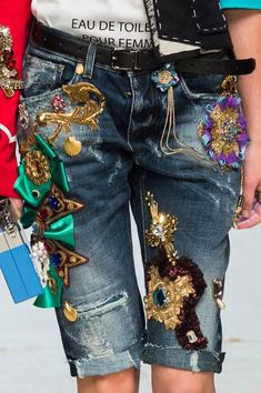 Dolce & Gabbana at Milan Fashion Week Spring 2017 - Details Runway Photos Fashion 2017, Fashion Outfits, Womens Fashion, Fashion Trends, Milan Fashion, Mode Jeans, Embellished Jeans, Fashion Details, Fashion Design