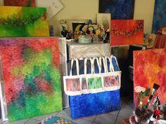 O Atelier! Toda a Linha Decorativa do Atelier é feita por mim. Nada é terceirizado. Crio com pincéis e tintas, cada peça; como os guardanapo, as toalha de mesa, as almofadas, as bolsas...  Tudo feito com o maior carinho e atenção, tanto com o Cliente, como com as Peças.
