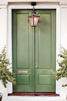 Front Door Paint Colors - Want a quick makeover? Paint your front door a different color. Here a pretty front door color ideas to improve your home's curb appeal and add more style! Green Front Doors, Front Door Colors, Front Door Design, Traditional Front Doors, Traditional House, Design Exterior, Exterior Paint, Exterior Doors, Pintura Exterior