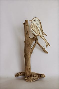 Epistyle: Wood and paper - Trend Disney Stuff 2019 Driftwood Projects, Driftwood Art, Bird Crafts, Little Birds, Wire Art, Metal Art, Paper Art, Book Art, Arts And Crafts