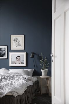 Dark wall color combined with white furniture for cozy and relaxing bedroom Dark Blue Bedrooms, Blue Bedroom Walls, Blue Bedroom Decor, Bedroom Wall Colors, Home Bedroom, Blue Walls, Bedroom Modern, Master Bedroom, Trendy Bedroom