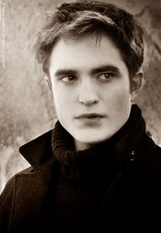 i'll admit, Robert Pattinson looked good in Breaking Dawn Part 2 Vampire Twilight, Twilight Edward, Twilight Cast, Twilight Series, Twilight Movie, Funny Twilight, Edward Cullen, The Cullen, Edward Bella