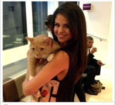 Selena Gomez ❤️ discovered by SugarAndCrush. Selena Gomez Twitter, Estilo Selena Gomez, Selena Gomez Fotos, Selena Gomez Pictures, Celebrities With Cats, Young Celebrities, Celebs, Chris Hemsworth, Rihanna Instagram