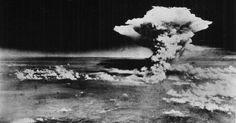 Militares dos Estados Unidos fotografam momento da explosão da bomba atômica em Hiroshima, no Japão, em 6 de agosto de 1945. Eram 8h15 da manhã quando os habitantes da cidade japonesa de Hiroshima viram um enorme clarão seguido de um colossal estrondo. Pela primeira vez, uma bomba de fissão nuclear era usada numa guerra contra uma população civil. O bombardeio matou instantaneamente cerca de 80 mil pessoas