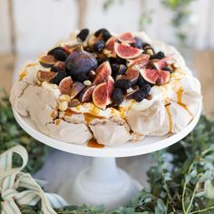 Dessert is sorted. We loved this so much we wanted to inspire you also to make a pavlova this Christmas. Bring back the pavlova! Meringue Desserts, Just Desserts, Delicious Desserts, Yummy Food, Fig Recipes, Sweet Recipes, Baking Recipes, Christmas Pudding, Christmas Desserts