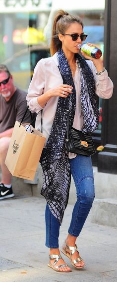 Newest inspiration / role model // Jessica Alba Style white blouse shirt, skinny jeans, sandals Jessica Alba Outfit, Jessica Alba Style, Jessica Alba Fashion, Jessica Alba 2017, Jessica Alba Casual, Mode Outfits, Casual Outfits, Fashion Outfits, Fashion Trends