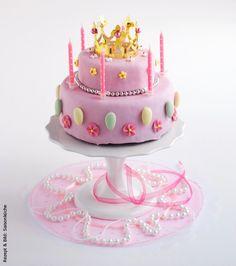Für Die Kleine Prinzessin Gibt Es Eine Prinzessinnentorte Aus  Zitronenkuchen, Dekoriert Mit Rosa Rollfondant, Zuckerperlen, Tüll Und  Krönchen.