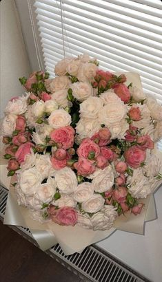 Love Flowers Photos, Beautiful Bouquet Of Flowers, Flowers Nature, Beautiful Flowers, Nothing But Flowers, Image Couple, Flower Arrangements Simple, Flower Shower, Luxury Flowers