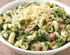 Macaroni met spinazie, ham en kaas.