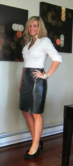 Blonde amateur posing in black leather skirt