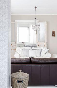 Ruokatilan ja olohuoneen välistä tilaa jakava pilari on päällystetty ornamenttikuvioisella tapetilla. Makuu-huoneen vanhat pariovet pariskunta löysi Metsänkylän navetasta Hämeenlinnasta. Olohuoneen kristallikruunu on Piirongista.