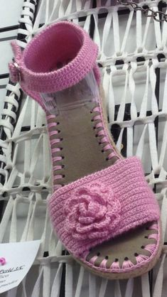 Crochet Sandals, Crochet Boots, Crochet Slippers, Knit Crochet, Crochet Shoes Pattern, Crochet Patterns, Shoe Refashion, Crochet Flip Flops, Crochet Bikini Top