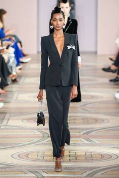 See all the Collection photos from Armani Prive Autumn/Winter 2019 Couture now on British Vogue Couture Fashion, Runway Fashion, Fashion Show, Fashion Outfits, Armani Prive, Couture Trends, Collection Couture, Pantsuits For Women, Looks Style