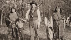 Traces of Texas. Legendary Comanche Chief Quanah Parker and two of his wives on a visit to the Waggoner Ranch near Vernon, Texas. Native American Pictures, Native American History, Native American Indians, Indian Pictures, Comanche Indians, Plains Indians, Quanah Parker, American Freedom, Native Indian