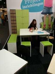 Instructietafel met bank. Plek voor meerdere kinderen.  En mogelijkheid voor (vaste )kring