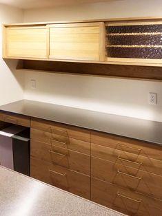 栗の食器棚。伊丹市の新築マンションです。 天板はステンレス、引き出しの引き手は真鍮。 サイズは幅1800です。…