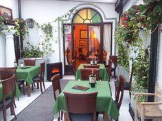 Mesón Restaurante San Martin. Recomendado en la Guía Michelín. Uno de los mejores sitios dónde comer en Cabra. En la foto, patio interior que da acceso al comedor.