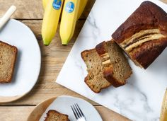 Chiquita recipes ¦ Discover our delicious, healthy and easy banana recipes. Be it breakfast or lunch, every recipe is filled with flavor and nutrition. Banana And Chocolate Loaf, Beer Bread, Vanilla Yogurt, Baking Tins, Banana Bread Recipes, Smoothie Recipes, Healthy Snacks, Blueberry, Tasty