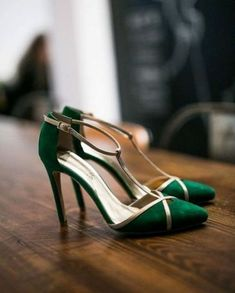 Wedding shoes trends color shoes for brides, by - Frauenschuhe - Zapatos Pretty Shoes, Beautiful Shoes, Crazy Shoes, Me Too Shoes, Emerald Shoes, Emerald Green Heels, Emerald Green Weddings, Bride Shoes, Shoe Collection