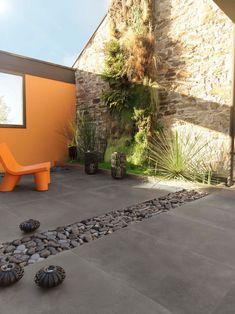 Un carrelage de terrasse en pierre reconstituée très contemporain