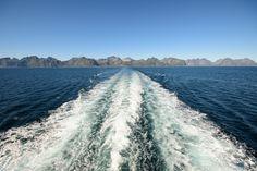 La baie de Moskenes accueille le port des ferries pour Bodø . Sur le pont arrière, le temps est à la bronzette. Nous voyons s'éloigner petit à petit la large muraille des îles Lofoten, et devant nous, regardons bientôt s'approcher les côtes de Norvège.   Etape 8 : L'express Lofoten – Bodo - Paris - Voyage Norvège, Suède,