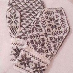 Gleder meg til å ta disse vottene i bruk igjen når vinteren kommer! Synes oppskriften fra boken 'selbuvotten' er nydelig   #selbuvotter #selbu #selbuvotten #terrishea #votter #mittens #selbumønster #selbumittens #strikkelyst #strikkedilla #strikkeglede #strikk #strikking #knitting #knitspiration #knittersofinstagram