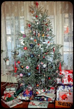 Vintage Christmas Tree Decorations & Retro Xmas Ideas · All Things Christmas Vintage Christmas Photos, Old Fashioned Christmas, Merry Little Christmas, Christmas Past, Vintage Holiday, Christmas Pictures, All Things Christmas, Christmas Holidays, 1950s Christmas