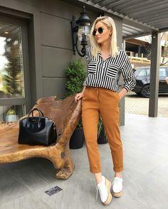 Blusa listrada, calça marrom caramelo, flatform