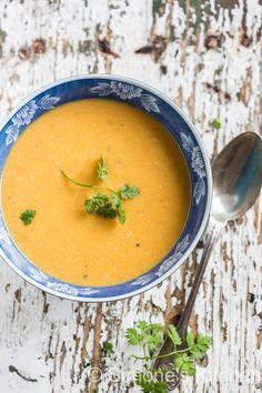Een lekker vullende soep en ook nog eens whole30 approved is deze zoete aardappelsoep die het met een beetje kip een maaltijdsoep maakt