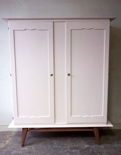 Superbe armoire des années 50 repeinte en rose www.monpetitmeuble.com