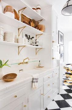 Though we've seen our fair share of swoon-worthy cabinets in recent years, all signs point to a rise in open shelving in the kitchen. Part functional storage, part decorative accent, open shelving … Suspended Shelves, Floating Shelves, Shelves Lighting, Layout Design, Design Ideas, White Subway Tile Backsplash, Wall Tile, Ikea, Glass Shelves Kitchen