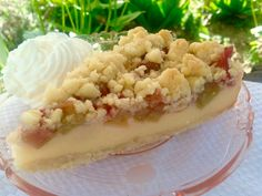 Rhubarb custard cake with Rhabarber- Pudding- Kuchen mit Streusel A wonderful rhubarb pudding cake with crumble, quick and easy to prepare. This rhubarb cake is a delicacy on every coffee bar. Ingredients for the crumble 200 g B… - Rhubarb Pudding Cake, Rhubarb And Custard, Rhubarb Cake, Custard Cake, Custard Pudding, Baking Recipes, Snack Recipes, Cookie Recipes, Easy Smoothie Recipes