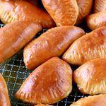 Menetin lihapiirakan leipoimisneitsyyteni muutama päivä sitten tekemällä lihapiirakoita uunissa. Ja ne onnistuivat ihan mahdottoman hyvin ja maistuivat mahtavilta. Jipii! Ohje näihin ei-kuuman-öljyn-kanssa-läträämistä-lihapiirakoihin löytyy blogin puolelta https://kotiliesi.fi/suklaapossu/lihapiirakat-uunissa/ #lihapiirakka #uunissa #leivonta #leivontablogi #meatpie #instabake #suklaapossu #bakingblog