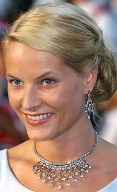 Crown Princess Mette Marit the day before the wedding The Vifte (fan) tiara given to Queen Maud, nee Princess Maud of Wales and GB and Denmark, by Queen Victoria for her birthday. Mette Marit has only used it as a necklace. Royal Crowns, Royal Tiaras, Tiaras And Crowns, Real Princess, Princess Mary, Prince And Princess, Ingrid Alexandra, Norwegian Royalty, Prince Héritier