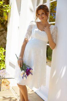 Knielanges Brautkleid mit 3/4-langen Spitzen-Ärmeln, schwingendem Rockteil und leichtem Rückenausschnitt.