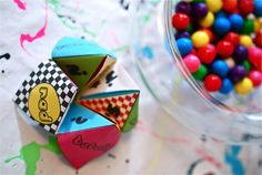 Cootie Catcher Party Favor (With template included! 80s Birthday Parties, 30th Party, 80th Birthday, Birthday Ideas, Party Gifts, Party Favors, 90s Party Decorations, Hip Hop Party, Skate Party
