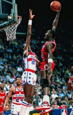 Basketball Academy, Nba Basketball, Basketball Leagues, Basketball Legends, Jordan B, Jordan Shoes, Michael Jordan Photos, Baskets, Basketball Photography
