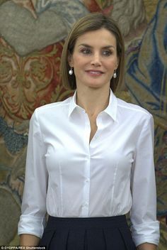 Familiar: Letizia was back in her favourite Hugo Boss Varela skirt and Bashina shirt for t. Cleaning White Shirts, Queen Letizia, Princess Letizia, Fashion For Women Over 40, Satin Blouses, Business Dresses, Beautiful Blouses, Office Fashion, Royal Fashion