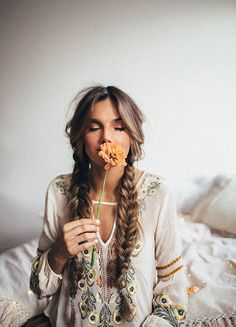 Check out these 25 boho hairstyles and get inspired to make your own version! Th… Check out these 25 boho hairstyles and get inspired to make your own version! Think of half up half down styles, loose braids, and flower hair accessories. Bohemian Hairstyles, Pretty Hairstyles, Braided Hairstyles, Boho Hairstyles For Long Hair, Summer Hairstyles, Formal Hairstyles, Hairstyle Ideas, Festival Hairstyles, Hairstyle Braid