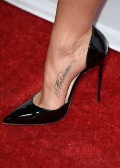 Jennifer Aniston Lettering Tattoo - Jennifer Aniston Looks - StyleBistro Jennifer Aniston Tattoo, Jennifer Aniston Feet, Jenifer Aniston, Hot High Heels, Sexy Heels, Stiletto Heels, Stilettos, Talons Sexy, Foot Tattoos For Women