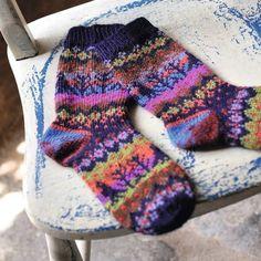 Lovely Blackbird socks making spot - inspiring use of colour. Cosy Socks, Warm Socks, Winter Socks, Knitting Socks, Hand Knitting, Knitting Patterns, Fair Isles, Kids Socks, Warm Outfits
