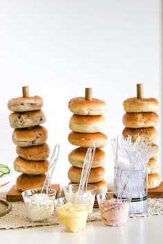 A simple, modern Sip & See party with bagel and mimosa bar - baby shower . - A simple, modern Sip & See party with bagel and mimosa bar – baby shower … – Baby Shower Food - Brunch Party Decorations, Brunch Decor, Brunch Buffet, Brunch Bar Ideas, Food Decorations, Bagel Bar, Baby Shower Food For Girl, Baby Shower Brunch, Simple Baby Shower